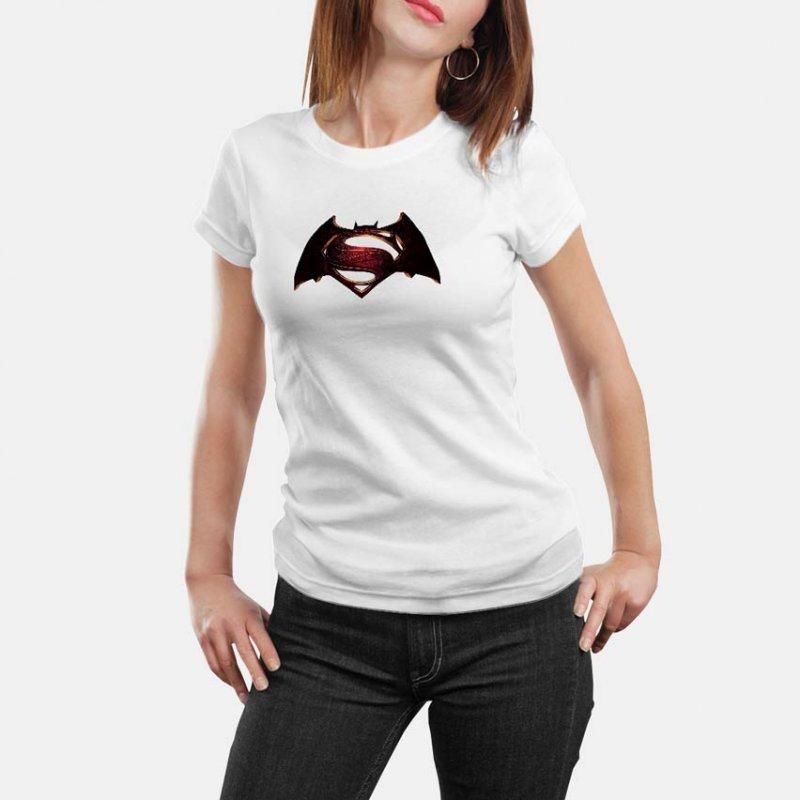 Тениска Батман VS Супермен - цветно лого върху бяла тениска в Мъжки тениски   в Tee.bg